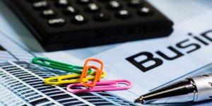 Calculatrice et trombones  comptes, entrepreneurs, entreprises, argent, finances, TPE, PME, entreprenariat, finances, banques, startup, business plan, argent