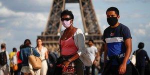 Coronavirus : des gens portent un masque, square du TrocadEro, prEs de la tour Eiffel, alors que Paris prEvoit de rendre obligatoire le port du masque A l& 39 extErieur, dans certaines zones particuliErement frEquentEes