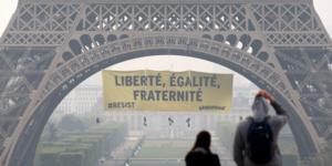 Greenpeace déploie une banderole sur la tour eiffel contre le FN