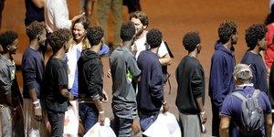 Italie: les migrants debarquent du diciotti; salvini objet d'une enquete