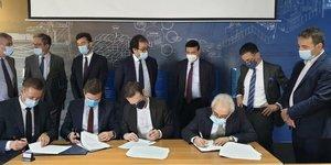 Lors de la signature, en prEsence de deux ministres libanais, du directeur gEnEral du port de Beyrouth, des membres du conseil d& 39 administration du port et de l& 39 ambassade de France.