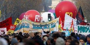 Paris, le 10 décembre 2019. Les syndicats et travailleurs en grève défilent lors de la manifestation contre la réforme des retraites.