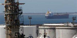 Tanker au large du terminal pétrolier de Fos-Lavera, près de Marseille.