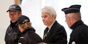 """Tapie, """"victime"""" devenue """"accusee"""" selon son avocat et co-prevenu"""
