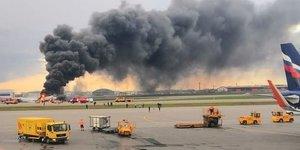 Un avion en feu a l'aeroport de moscou, 41 morts