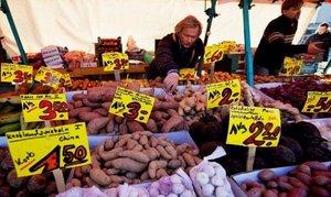 Un étalage de fruits et légumes dans un marché marché berlinois