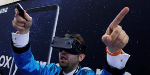 Un homme utilise un casque de réalité virtuelle Samsung Gear VR lors du lancement du Samsung Galaxy S8 fin mars 2017